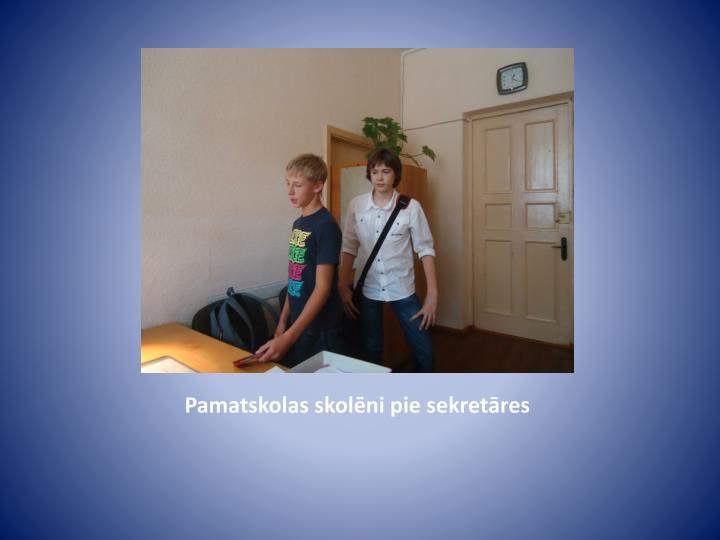 Pamatskolas skolēni pie sekretāres