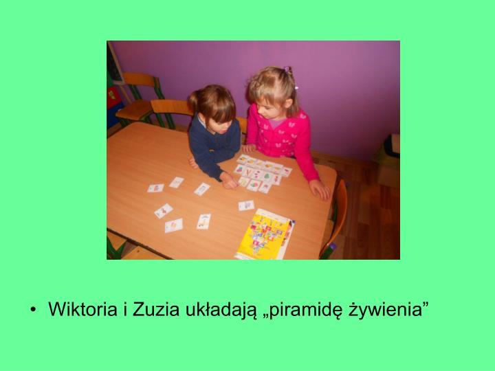 """Wiktoria i Zuzia układają """"piramidę żywienia"""""""