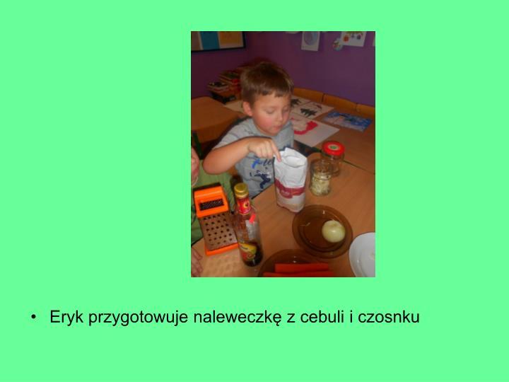 Eryk przygotowuje naleweczkę z cebuli i czosnku