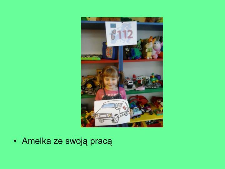 Amelka ze swoją pracą