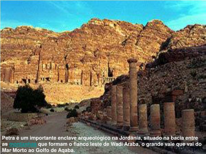 Petra é um importante enclave arqueológico na Jordânia, situado na bacia entre as