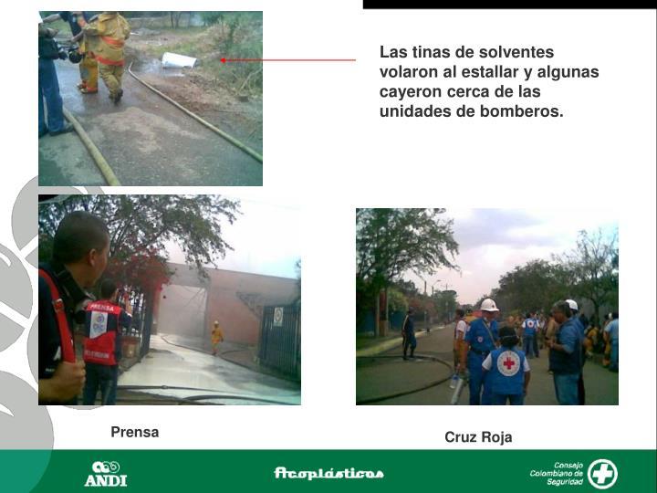 Las tinas de solventes volaron al estallar y algunas cayeron cerca de las unidades de bomberos.
