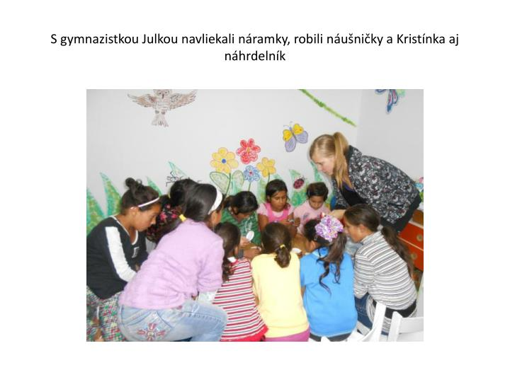 S gymnazistkou Julkou navliekali náramky, robili náušničky a Kristínka aj náhrdelník