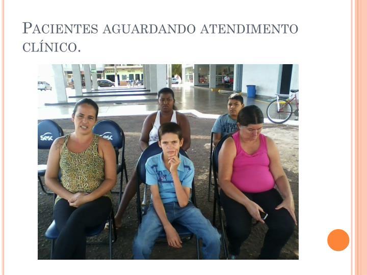 Pacientes aguardando atendimento clínico.