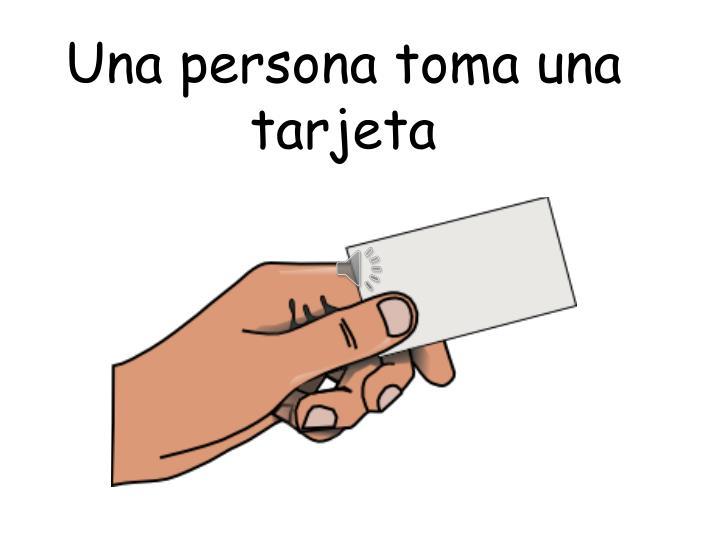 Una persona toma una tarjeta