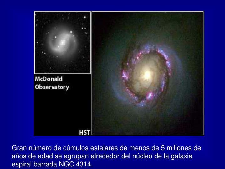 Gran número de cúmulos estelares de menos de 5 millones de años de edad se agrupan alrededor del núcleo de la galaxia espiral barrada NGC 4314.
