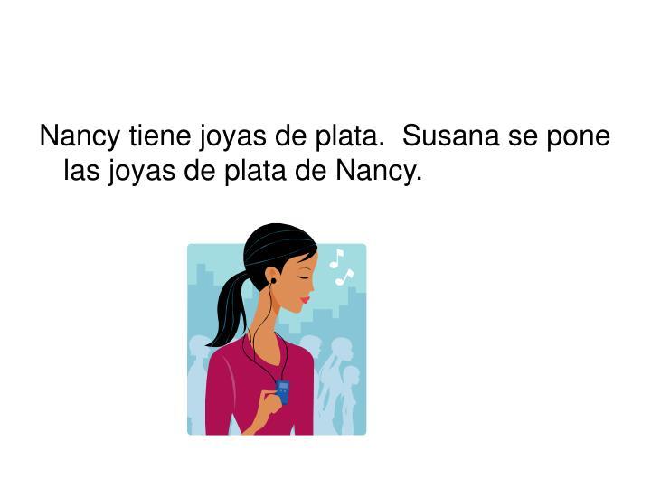 Nancy tiene joyas de plata.  Susana se pone las joyas de plata de Nancy.
