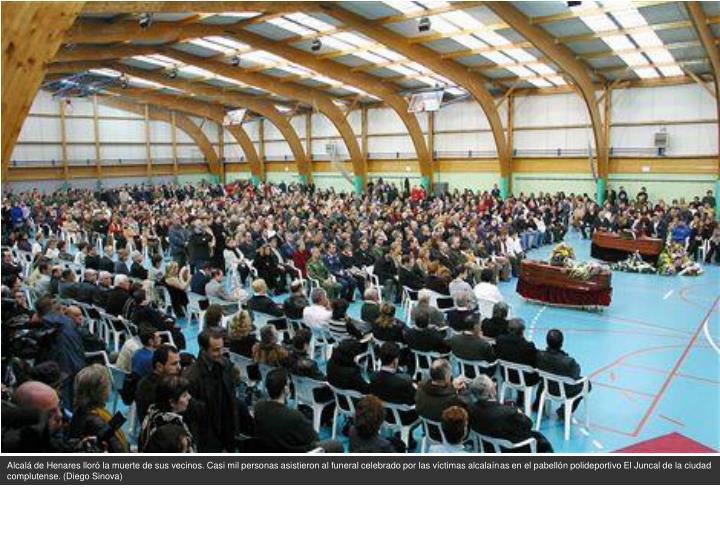 Alcalá de Henares lloró la muerte de sus vecinos. Casi mil personas asistieron al funeral celebrado por las víctimas alcalaínas en el pabellón polideportivo El Juncal de la ciudad complutense. (Diego Sinova)