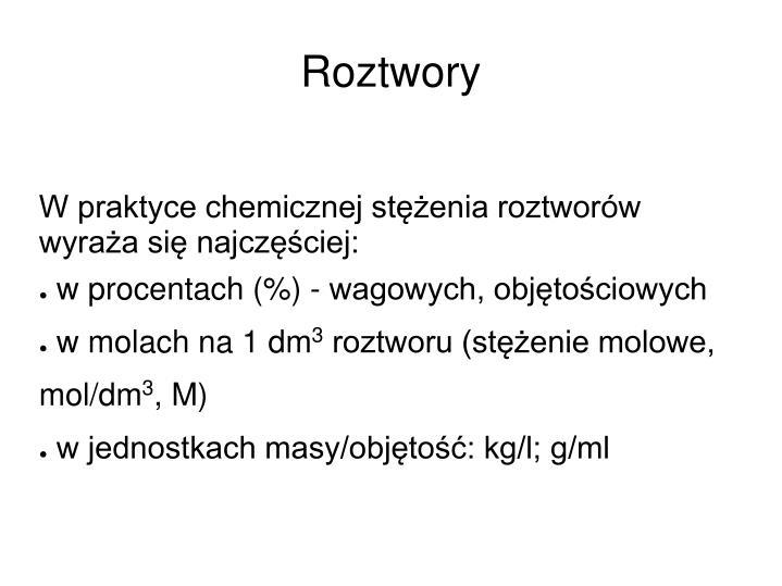W praktyce chemicznej stężenia roztworów wyraża się najczęściej: