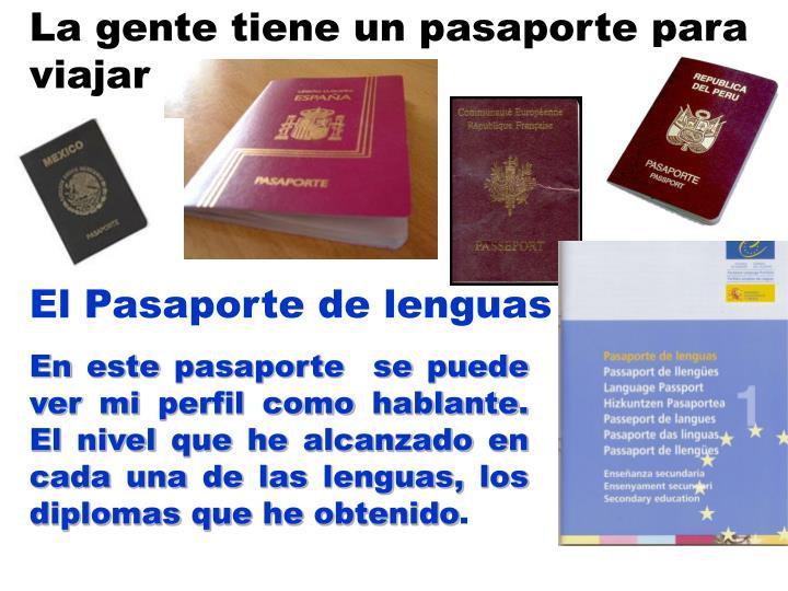 La gente tiene un pasaporte para viajar