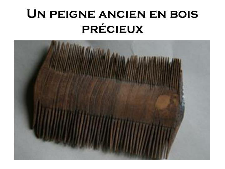 Un peigne ancien en bois précieux