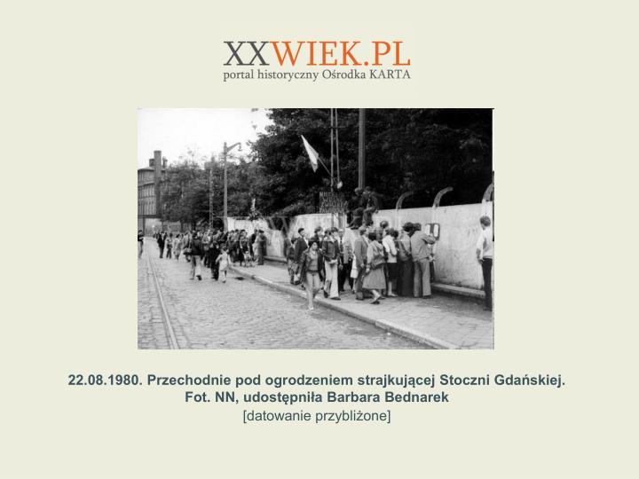 22.08.1980. Przechodnie pod ogrodzeniem strajkujcej Stoczni Gdaskiej.