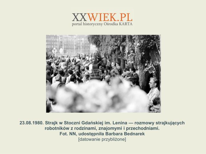 23.08.1980. Strajk w Stoczni Gdaskiej im. Lenina  rozmowy strajkujcych robotnikw z rodzinami, znajomymi i przechodniami.