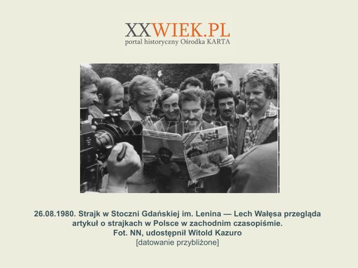 26.08.1980. Strajk w Stoczni Gdaskiej im. Lenina  Lech Wasa przeglda artyku o strajkach w Polsce w zachodnim czasopimie.