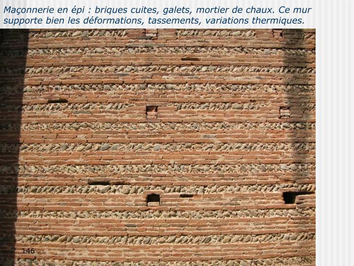 Maçonnerie en épi : briques cuites, galets, mortier de chaux. Ce mur supporte bien les déformations, tassements, variations thermiques.