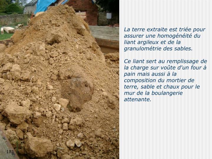 La terre extraite est triée pour assurer une homogénéité du liant argileux et de la granulométrie des sables.