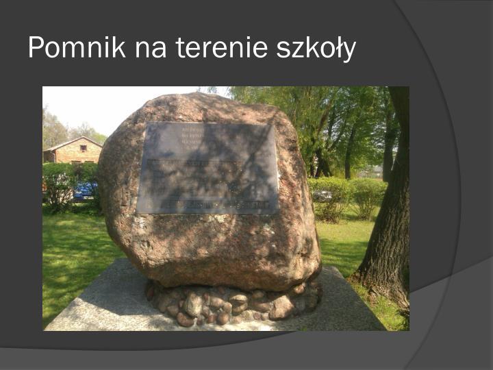 Pomnik na terenie szkoły