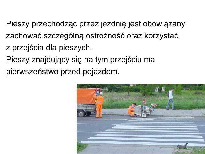 Pieszy przechodząc przez jezdnię jest obowiązany zachować szczególną ostrożność oraz korzystać