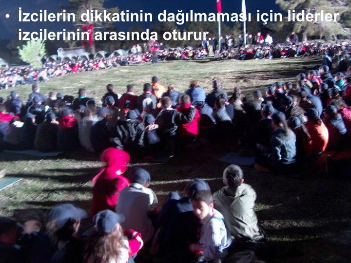 İzcilerin dikkatinin dağılmaması için liderler izcilerinin arasında oturur.