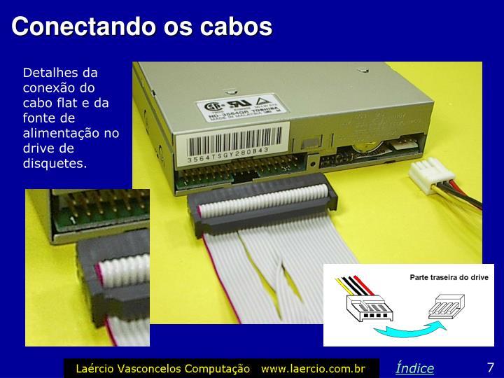 Detalhes da conexão do cabo flat e da fonte de alimentação no drive de disquetes.