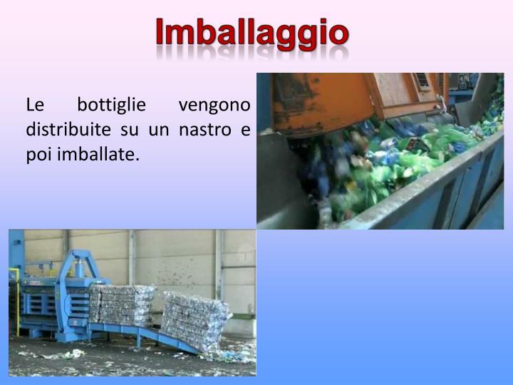 Le bottiglie vengono distribuite su un nastro e poi imballate.