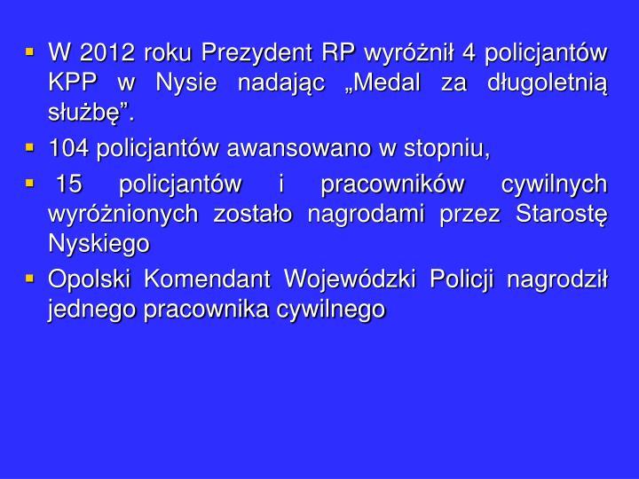 """W 2012 roku Prezydent RP wyróżnił 4 policjantów KPP w Nysie nadając """"Medal za długoletnią służbę""""."""