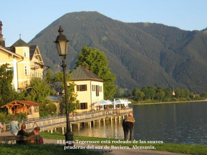 El Lago Tegernsee est rodeado de las suaves praderas del sur de Baviera, Alemania.