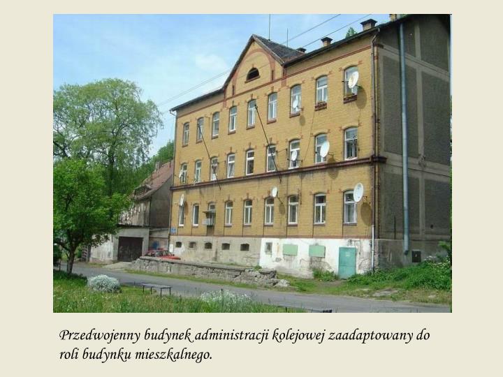 Przedwojenny budynek administracji kolejowej zaadaptowany do roli budynku mieszkalnego.