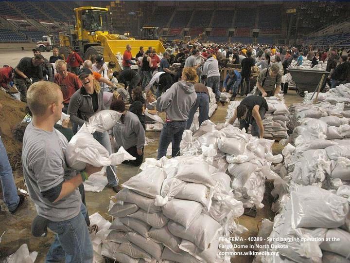 File:FEMA - 40289 - Sand bagging operation at the