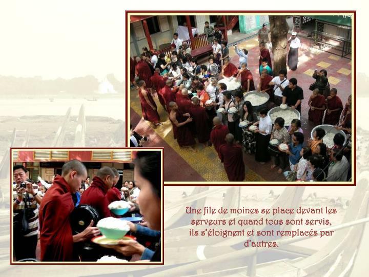 Une file de moines se place devant les serveurs et quand tous sont servis, ils s'éloignent