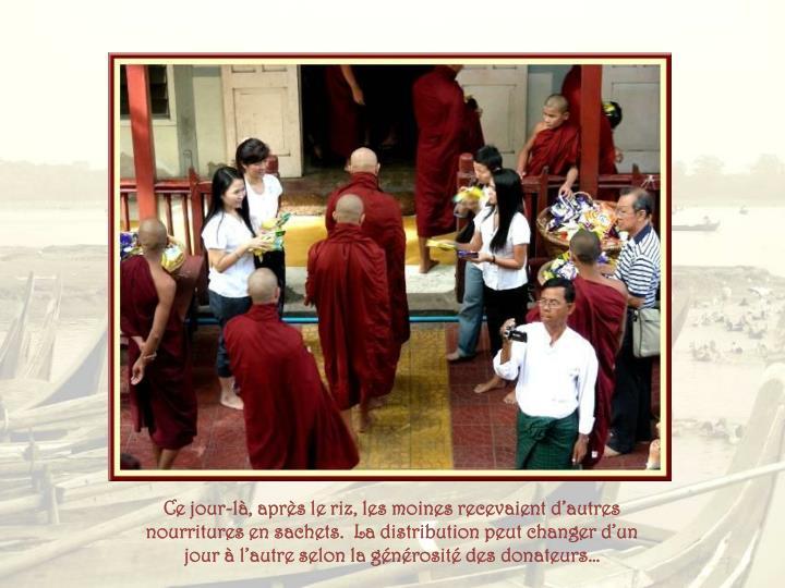 Ce jour-là, après le riz, les moines recevaient d'autres nourritures en sachets.  La distribution peut changer d'un jour à l'autre selon la générosité des donateurs…