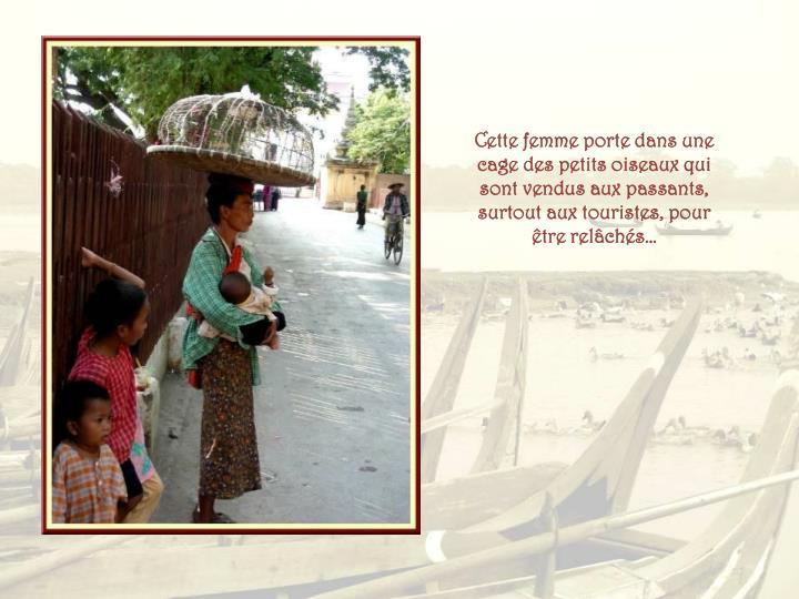 Cette femme porte dans une cage des petits oiseaux qui sont vendus aux passants, surtout aux touristes, pour être relâchés…