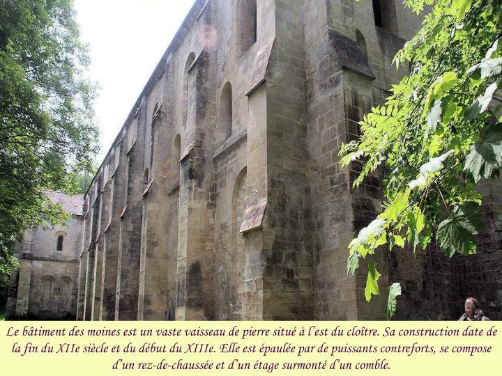 Le bâtiment des moines est un vaste vaisseau de pierre situé à l'est du cloître. Sa construction date de la fin du XIIe siècle et du début du XIIIe. Elle est épaulée par de puissants contreforts, se compose d'un rez-de-chaussée et d'un étage surmonté d'un comble.