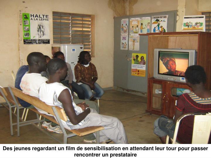 Des jeunes regardant un film de sensibilisation en attendant leur tour pour passer rencontrer un prestataire