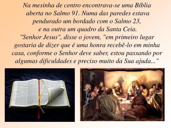 Na mesinha de centro encontrava-se uma Bíblia