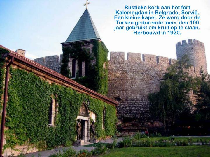 Rustieke kerk aan het fort Kalemegdan in Belgrado, Servië.    Een kleine kapel. Ze werd door de Turken gedurende meer den 100 jaar gebruikt om kruit op te slaan. Herbouwd in 1920.