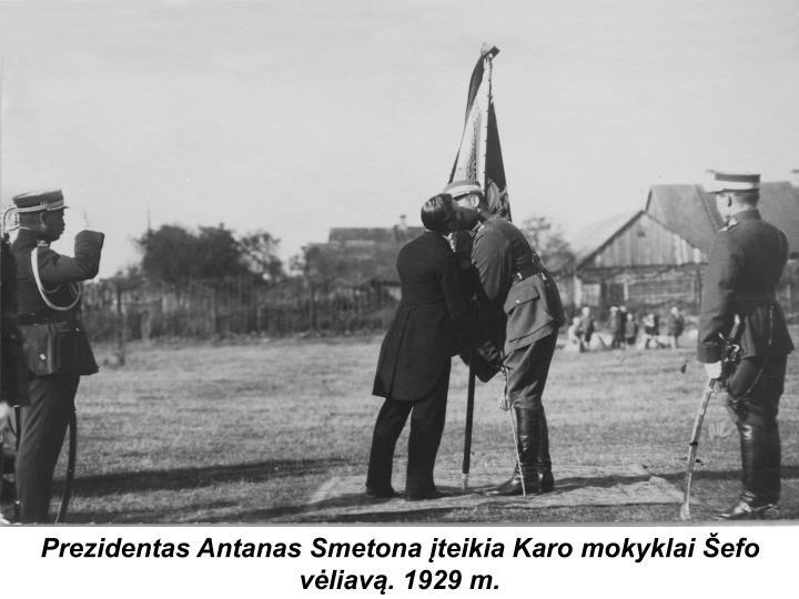 Prezidentas Antanas Smetona įteikia Karo mokyklai Šefo vėliavą. 1929 m.