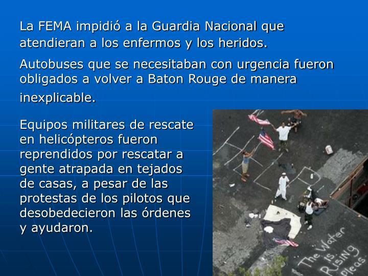 Equipos militares de rescate en helicópteros fueron reprendidos por rescatar a gente atrapada en tejados de casas, a pesar de las protestas de los pilotos que desobedecieron las órdenes y ayudaron.