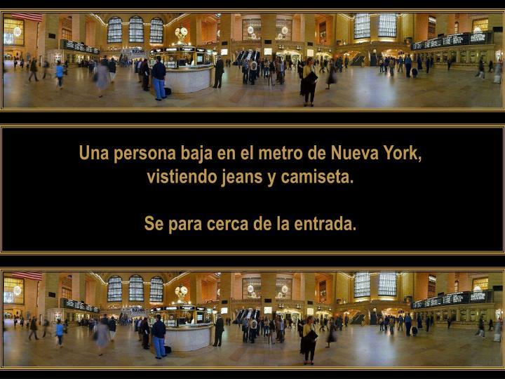 Una persona baja en el metro de Nueva York,