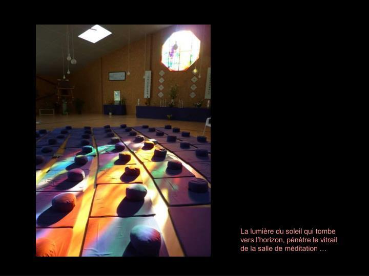 La lumière du soleil qui tombe vers l'horizon, pénètre le vitrail de la salle de méditation …