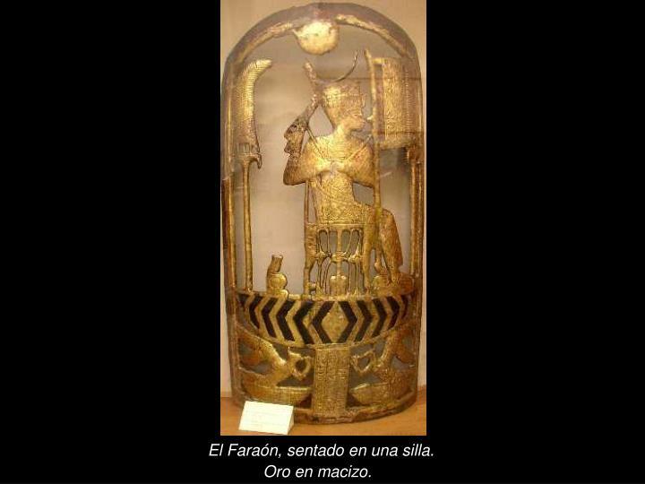 El Faraón, sentado en una silla.