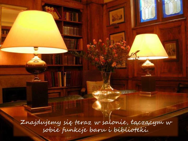 Znajdujemy si teraz w salonie, czcym w sobie funkcje baru i biblioteki.