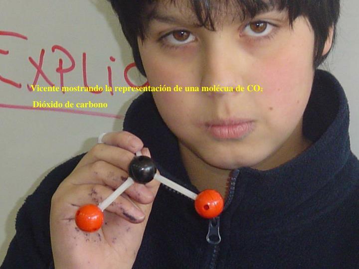 Vicente mostrando la representación de una molécua de CO