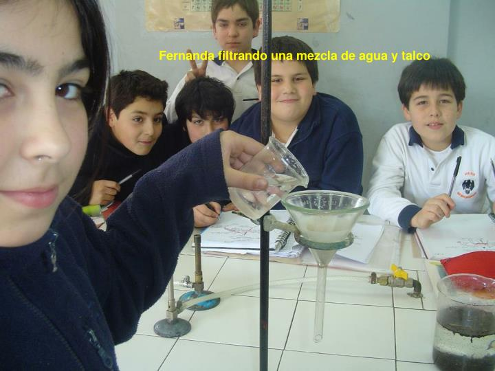 Fernanda filtrando una mezcla de agua y talco
