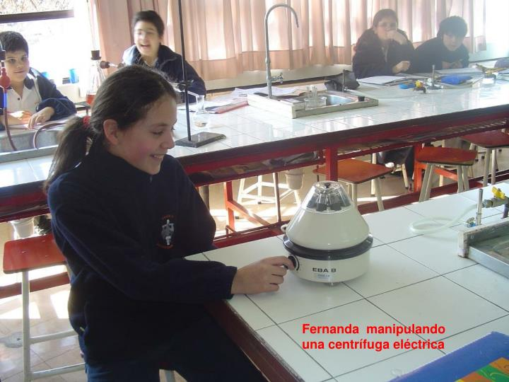 Fernanda  manipulando una centrífuga eléctrica