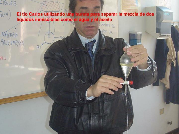 El tío Carlos utilizando una bureta para separar la mezcla de dos líquidos inmiscibles como el agua y el aceite