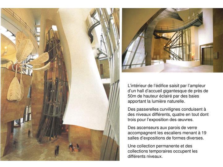 Lintrieur de ldifice saisit par lampleur dun hall daccueil gigantesque de prs de 50m de hauteur clair par des baies apportant la lumire naturelle.