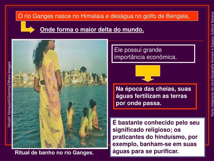 O rio Ganges nasce no Himalaia e deságua no golfo de Bengala,
