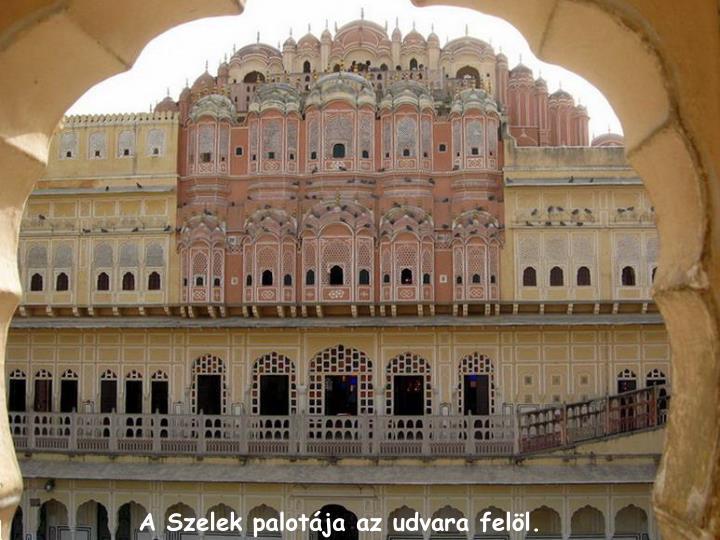 A Szelek palotja az udvara fell.