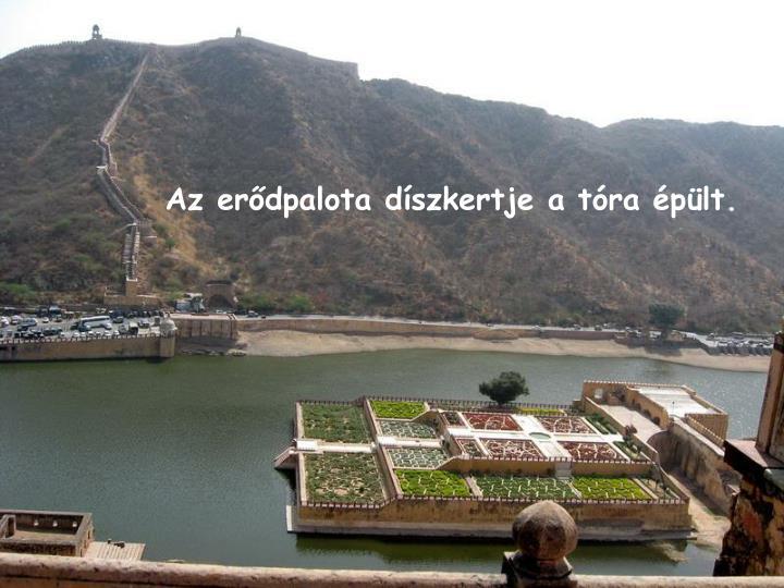 Az erődpalota díszkertje a tóra épült.